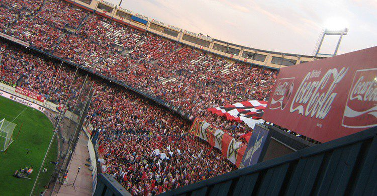 Aficionados colchoneros en las gradas del Vicente Calderón. Sporras (Flickr)