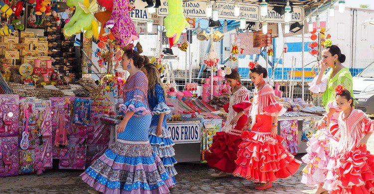 Flamencas pasan por delante de puestos de chucherías. Shootdiem (iStock)