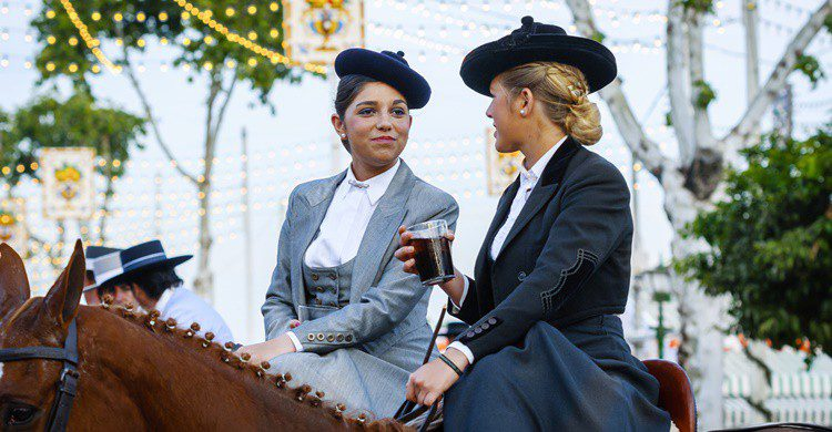 Una sevillana se toma una copa a lomos de un caballo. Shootdiem (iStock)