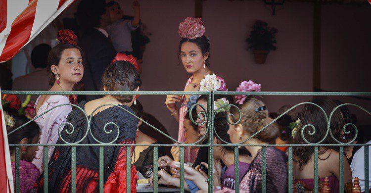 Mujeres en una caseta de la Feria de Abril. Shootdiem (iStock)