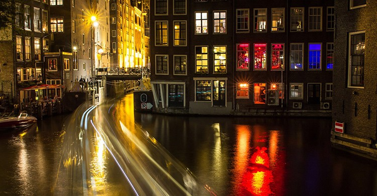 Ventanas iluminadas en el Barrio Rojo de Ámsterdam