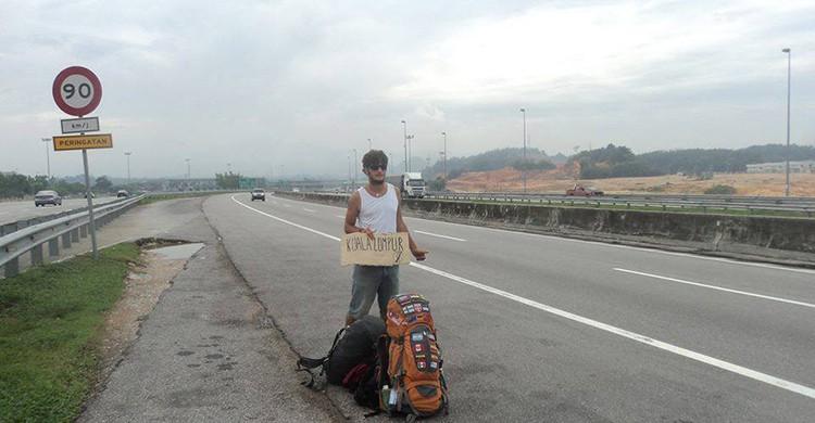 Gonzalo Cazenave haciendo autostop durante uno de sus viajes