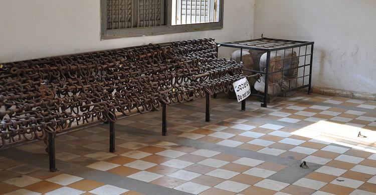 Foto de una de las habitaciones de detención en la prisión letal Tuol Sleng