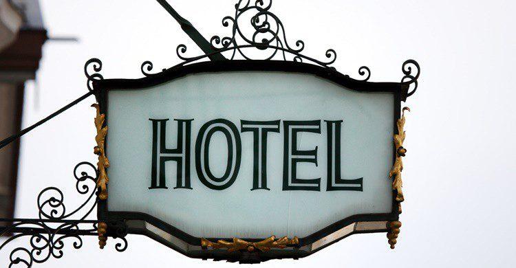 Entrada a un hotel. Manwolste (iStock)