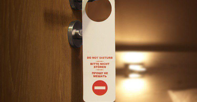 Indicativo típico de hotel de no molestar. michal_staniewski (iStock)