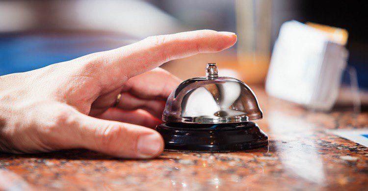 Cliente llamando en recepción. Maximkostenko (iStock)