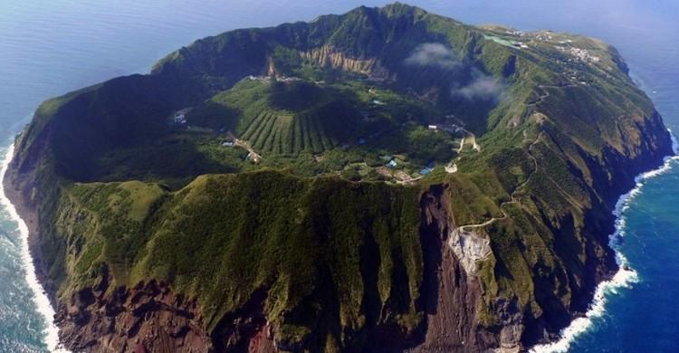 Imagen aérea del volcan japonés Aogashima