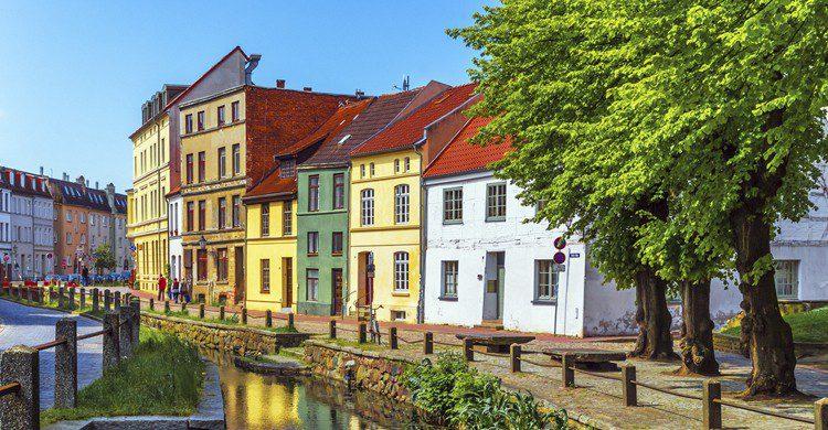 Por un canal de la ciudad antigua de Wismar