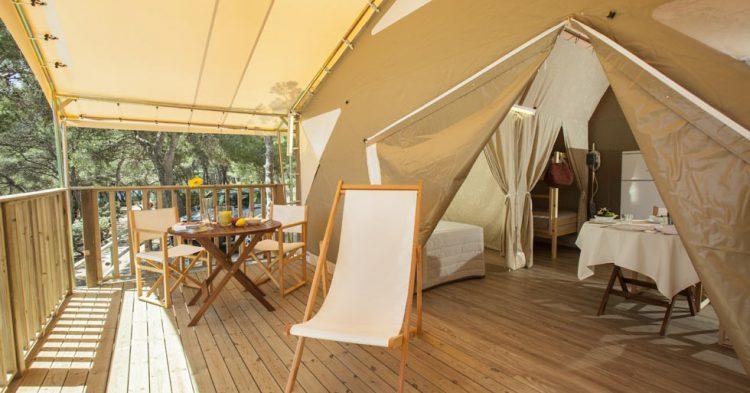 Porche de un bungalow - www.campingstarragona.es