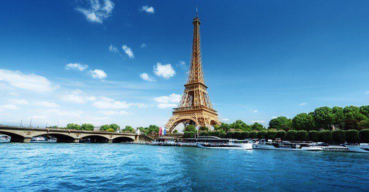 La Torre Eiffel y el río Sena, iconos de París. IakovKalinin (iStock)