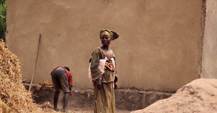 Mujer en una aldea ruandesa. Boggy22 (iStock)