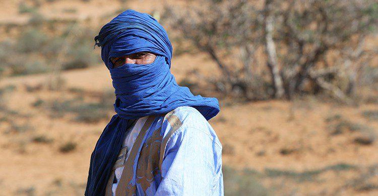 Saharaui con turbante en el desierto del Sahara