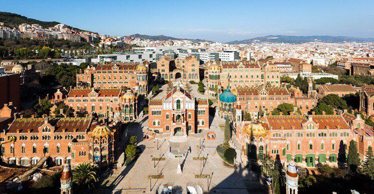 Vista aérea de todo el recinto, y al fondo el nuevo hospital. Sant Pau Recinte Modernista (Flickr)