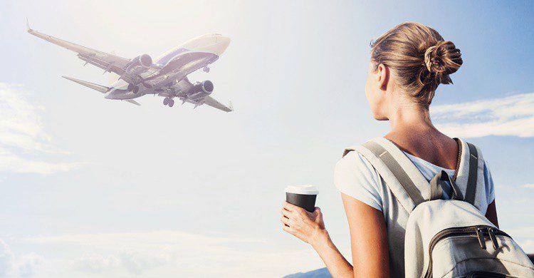 Una mujer con su mochila espera coger un avión. Poike (iStock)