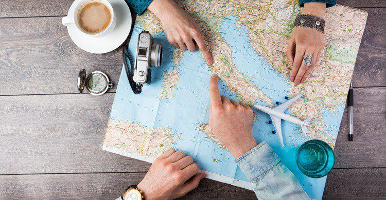 Una pareja planea un viaje por Europa. Fly_dragonfly (iStock)