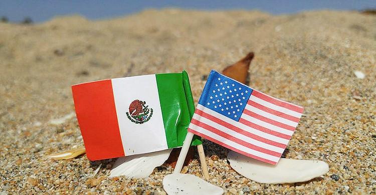 Banderas en la arena (danboarder, Foter)