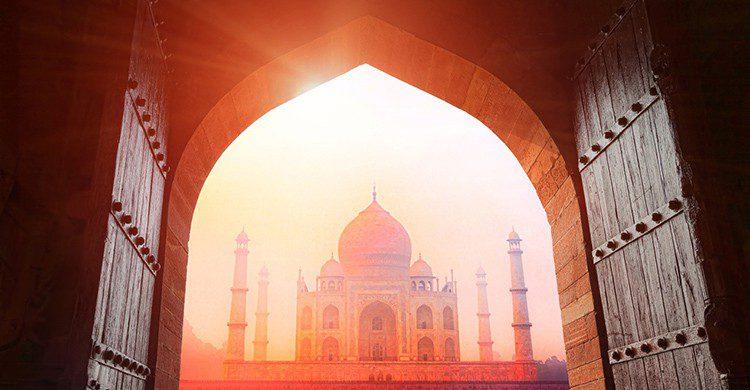Vistas del Taj Mahal desde un portal al atardecer