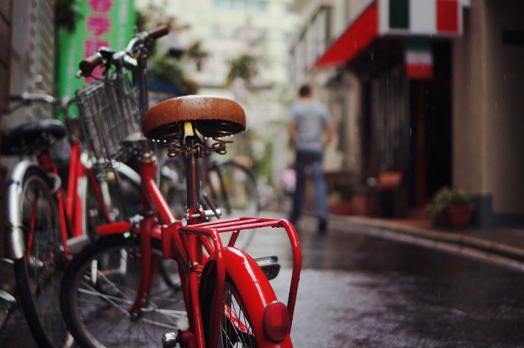 Bici aparcada en una calle de la ciudad (Pixabay)