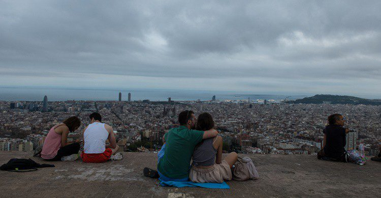 Barceloneses encima del búnker del Carmel, con sus espectaculares vistas. Boyko Blagoev (iStock)