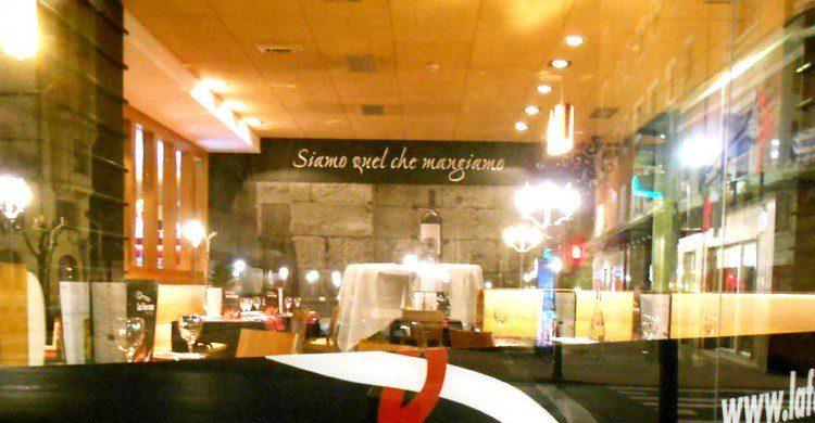 Restaurante La Fontana, a través del cristal. (https://www.facebook.com/lafontanatrattoria/)