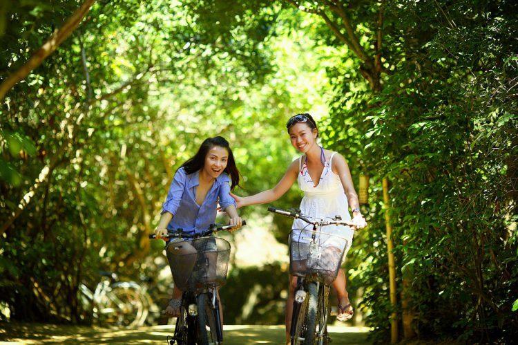Amigas disfrutando de un viaje en bicicleta (Pixabay)