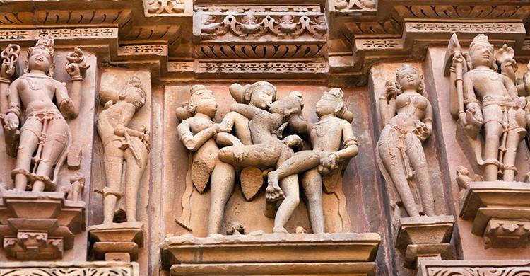 Posiciones sexuales en la facha de un templo en la India