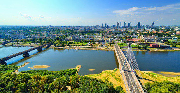 Río Vístula a su paso por Varsovia. Itsmejust (iStock)