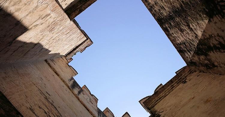 Vistas desde abajo de un castillo abandonado en Italia