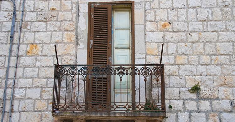 Balcón de un palacio abandonado en el sur de Italia