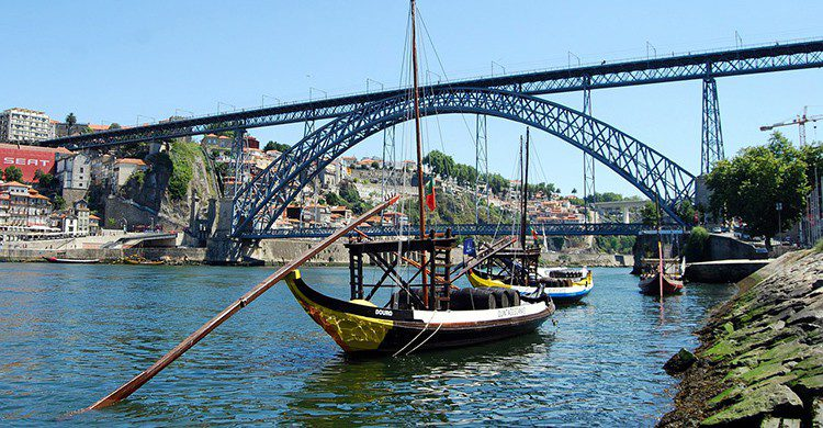 Vistas desde abajo del puente de Oporto