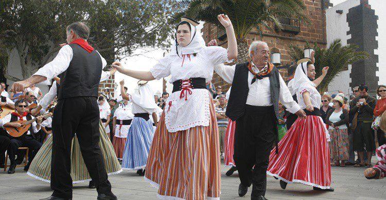 Canarios practicando danza tradicional en Lanzarote. :urf (iStock)