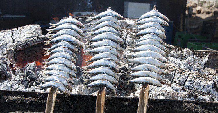 Espetos de sardina en la playa de Málaga