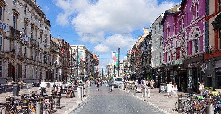 Centro de Cardiff, Gales, en verano