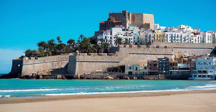 Castillo y playa de Peñíscola. Amoklv (iStock)