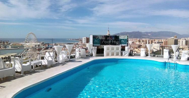 Piscina soleada (AC Hotel Málaga Palacio, Facebook)