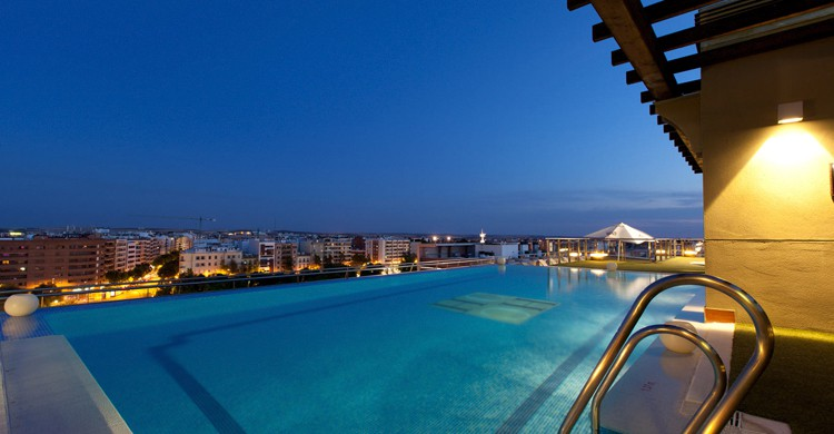 Piscina de noche (Web de Hotels Center)
