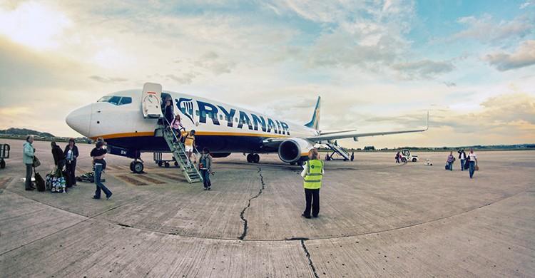 Un avión de Ryanair en la pista del aeropuerto