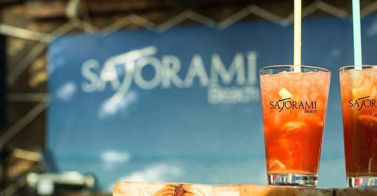 Cócteles en la mesa (Sajorami Beach, Facebook)