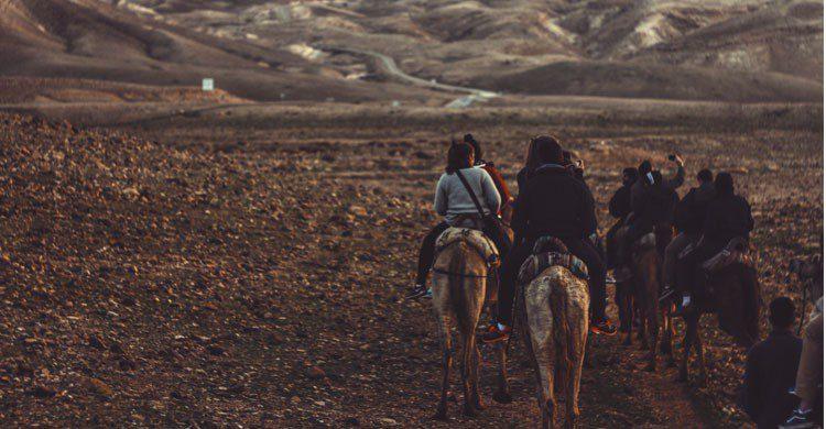 Conocer gente durante los viajes en solitario es una de las ventajas (unsplash)