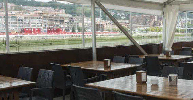 Terraza de El Astillero junto a la ría de Bilbao. (http://www.astilleroeuskalduna.com/index.php/es/)