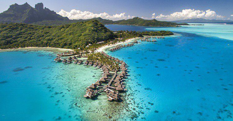 Imagen aérea del complejo hotelero de Bora Bora (http://conradhotels3.hilton.com/en/hotels/french-polynesia/conrad-bora-bora-nui-PPTBNCI/index.html)