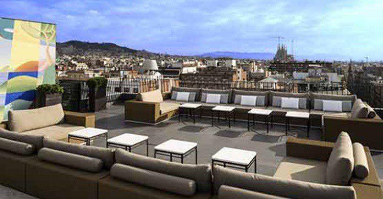 Terraza Dolce Vitae con sus vistas de Barcelona. (https://www.hotelmajestic.es/es/bar-coctel-terraza-la-dolce-vitae-hotel-5-estrellas-paseo-de-gracia-barcelona)