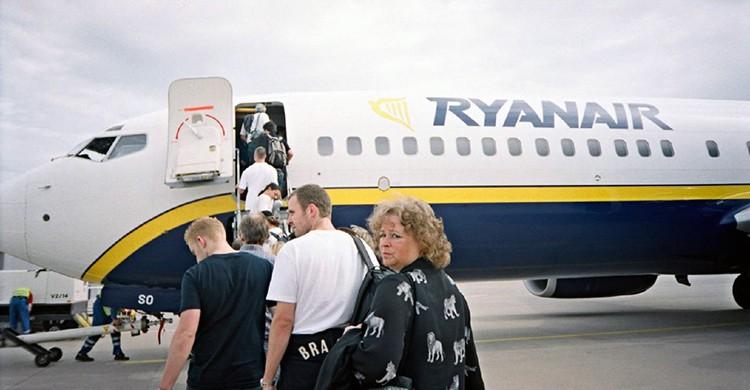 Personas embarcando en u vuelo de Ryanair