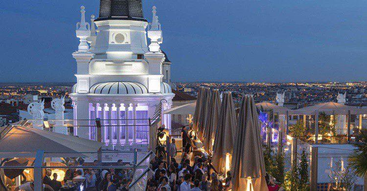 Aspecto de la terraza del hotel ME Madrid Reina Victoria. (https://www.melia.com/es/hoteles/espana/madrid/me-madrid-reina-victoria/the-roof.html)