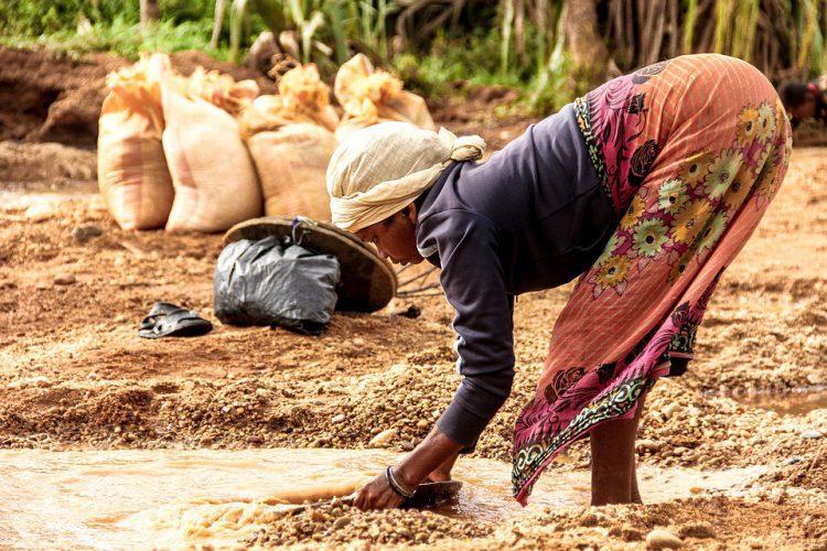 Mujer en Madagascar lavando un plato (Pixabay)