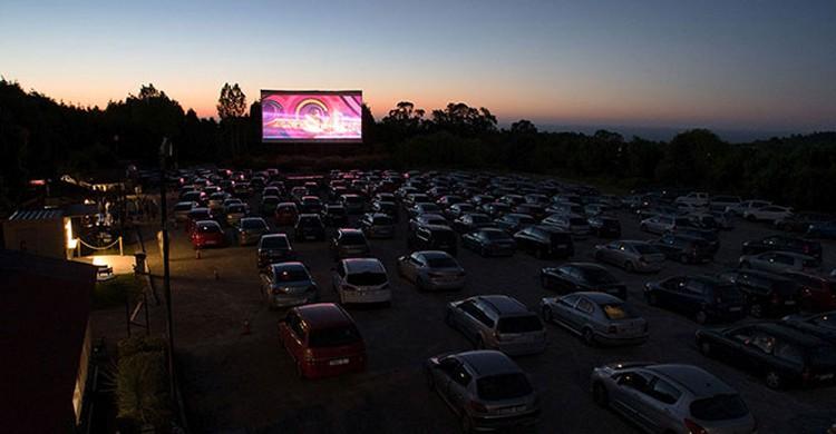 Vista del cine de verano (Web del Autocine Gijón)