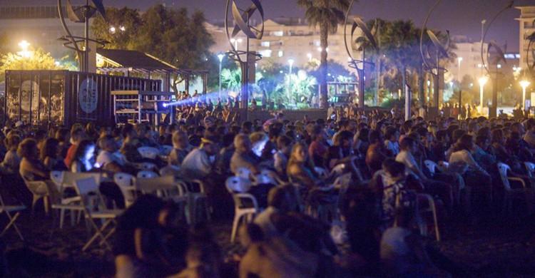 Cine abierto en la playa (Festival de Málaga, Facebook)