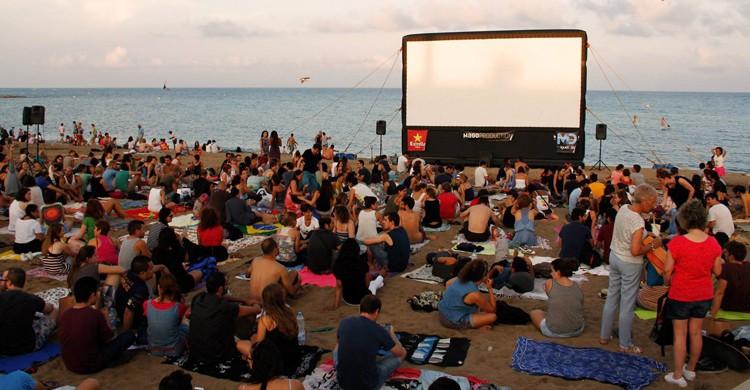 En la arena (Cinema Lliure a la Platja, Facebook)