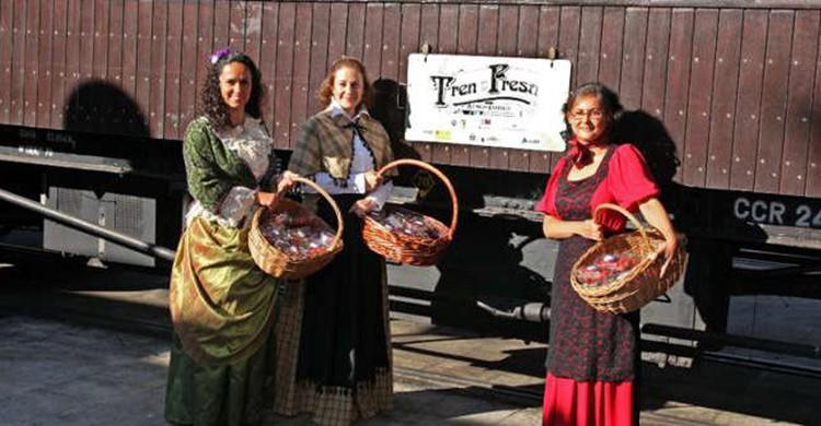 Azafatas vestidas con traje de la época en el Tren de la fresa