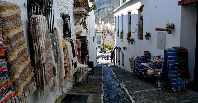Tiendas artesanales en una calle típica de Pampaneira